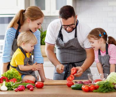 Famille en train de cuisiner