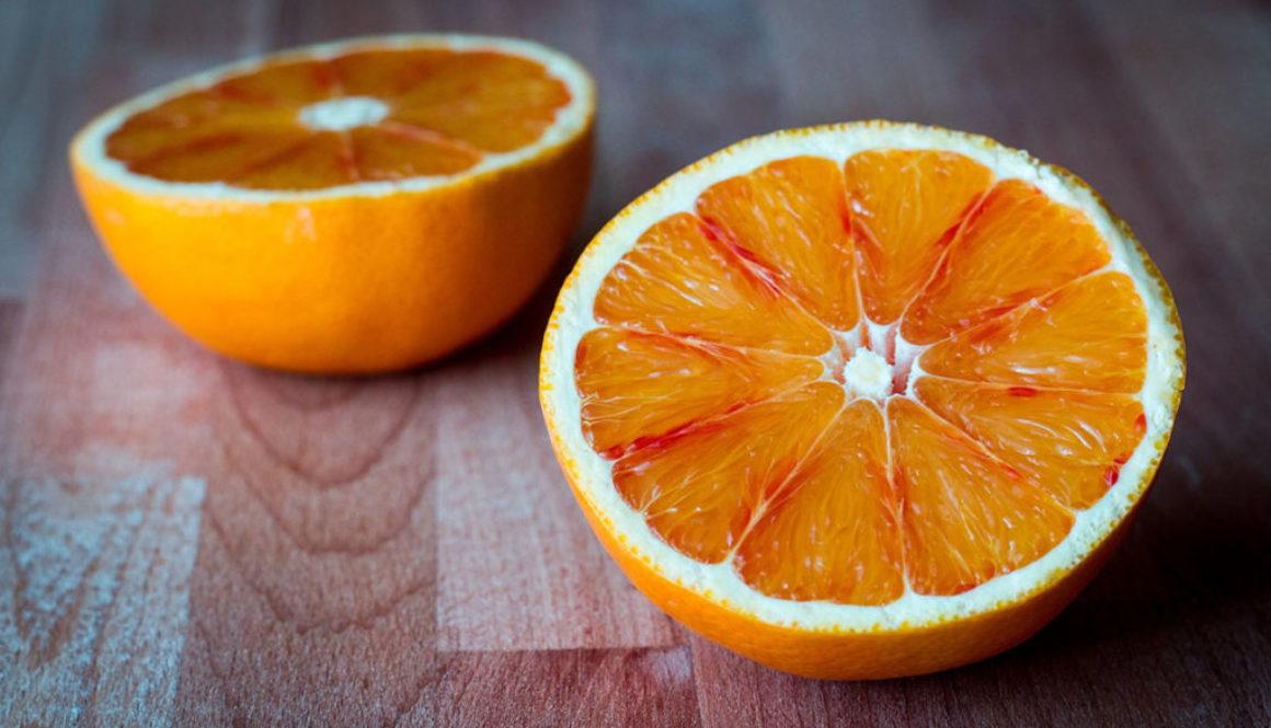 Orange juteuse sur table coupée en deux